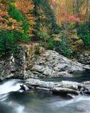 montagnes grandes se précipitant l'eau fumeuse image stock