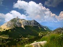 Montagnes hautes dans les nuages Photos stock