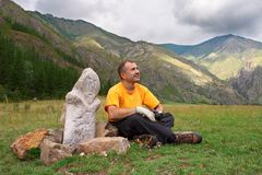 Montagnes, hommes et idole. Photo libre de droits