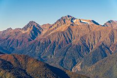 Montagnes illuminées par le soleil Jour chaud d'automne photographie stock