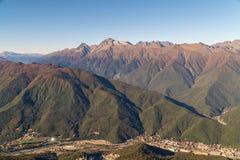 Montagnes illuminées par le soleil Jour chaud d'automne image stock