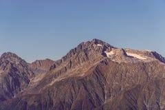 Montagnes illuminées par le soleil Jour chaud d'automne photographie stock libre de droits