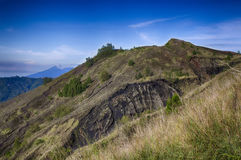 Montagnes indonésiennes, île de Bali, le volcan actif de Batur Photographie stock libre de droits