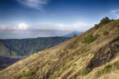 Montagnes indonésiennes, île de Bali, le volcan actif de Batur Image libre de droits