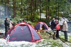 Montagnes l'Altay, Russie, août, 22, 2016 les gens sont dans le camp sur les banques de la neige coved par lac de Shavlinskoe en  Images stock