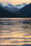 Montagnes, lac et ondulations. Image libre de droits