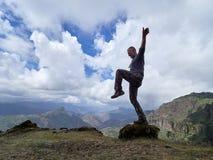 Montagnes les explorant de jeune homme photos stock