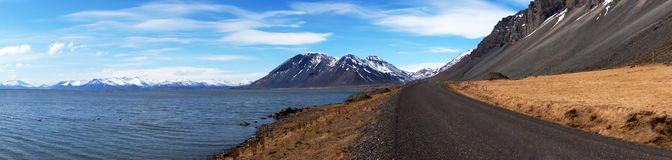 Montagnes, mer et route dans les fjords est en Islande image libre de droits