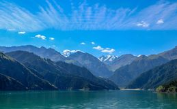 Montagnes merveilleuses et lac merveilleux du Xinjiang, Chine photo libre de droits