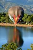 Montagnes montantes en ballon de couleurs d'air chaud Photos stock