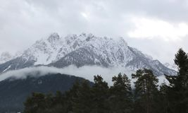 Montagnes neigées en vallée de puster en Italie Image stock