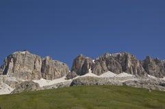 Montagnes, neige et herbe Photo stock