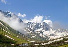 Montagnes nuageuses image libre de droits