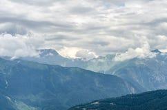 Montagnes nuageuses Photographie stock libre de droits