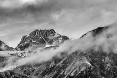 Montagnes nuageuses noires et blanches Photographie stock