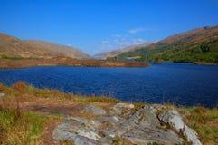 Montagnes occidentales d'Eilt Lochaber de loch de l'Ecosse près de Glenfinnan et de Lochailort et à l'ouest de Fort William Image libre de droits