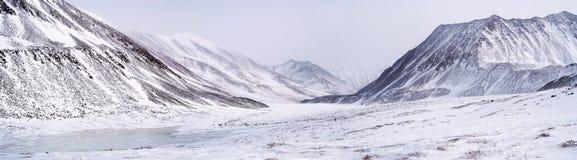 Montagnes orientales de Sayan. Altai. Photographie stock libre de droits