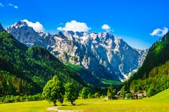 Montagnes par la vallée de Logar dans les Alpes slovènes image stock