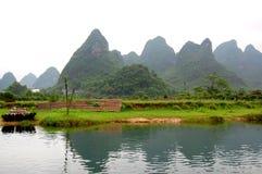 Montagnes par le fleuve Photographie stock libre de droits
