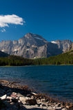 Montagnes par le lac Photos stock