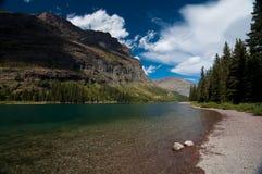 Montagnes par le lac Photographie stock libre de droits