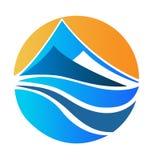 Montagnes paysage et logo du soleil Images libres de droits
