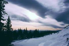 Montagnes paysage et lumière du soleil d'hiver d'Ural Photos stock