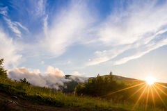 Montagnes pendant le coucher du soleil Beau paysage naturel dans l'heure d'été Image libre de droits
