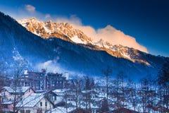 Montagnes près de Chamonix avant le coucher du soleil éclairé image stock