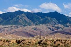 Montagnes près de lac Issyk- Kul dans Kyrgystan pendant la saison d'été images libres de droits