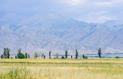 Montagnes près de lac Issyk- Kul dans Kyrgystan pendant la saison d'été image stock