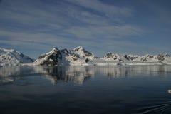 Montagnes réfléchissant sur l'eau Images stock