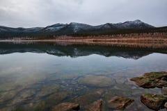 Montagnes reflétées Photo libre de droits