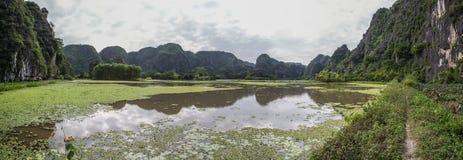 Montagnes reflétées dans l'eau Photos libres de droits