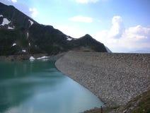 Montagnes reflétées dans le barrage Images stock