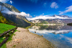Montagnes reflétées dans le lac Images libres de droits