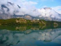 Montagnes reflétées dans le lac Images stock