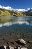 montagnes relecting l'eau photos stock