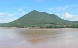 Montagnes, rivières, ciel Photos libres de droits