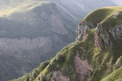 Montagnes rocheuses avec les plantes vertes image stock