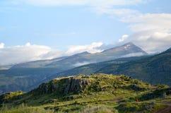 Montagnes rocheuses dedans avec l'herbe verte Photos libres de droits