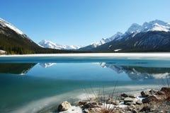 Montagnes rocheuses et lac photographie stock