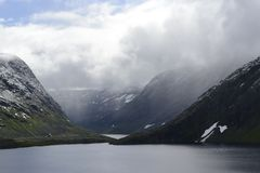Montagnes rocheuses, fjords et ciel de la Norvège photographie stock