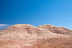 Montagnes rondes avec des rides dans le désert marocain images libres de droits