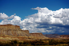 Montagnes rouges de roche avec un ciel nuageux Photo stock