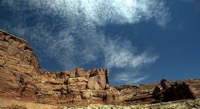 Montagnes rouges de roche avec un ciel nuageux Photographie stock libre de droits