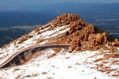 Montagnes russes de route à l'affleurement de rocher Photos stock