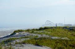 Montagnes russes sur une plage images stock