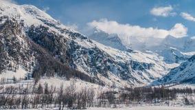 Montagnes sauvages du ciel clair ci-dessus les énormes images libres de droits