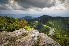 Montagnes scéniques de Ridge de jardins rocailleux bleus de route express photos stock